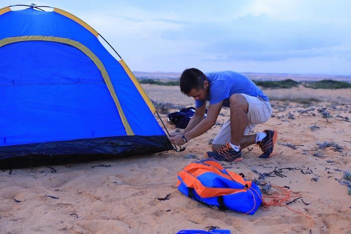 Đến nơi, tìm chỗ đỗ xe và đi bộ lên những ngọn đồi nhấp nhô, chọn vị trí đẹp, bằng phẳng nhất để cắm trại.