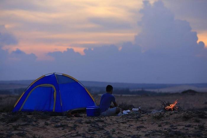 Mũi Yến có 4 đỉnh núi và một nơi ngoài sa mạc, đều là những bãi đất bằng lớn, rộng bằng cả sân trực thăng, rất thích hợp để dựng lều.