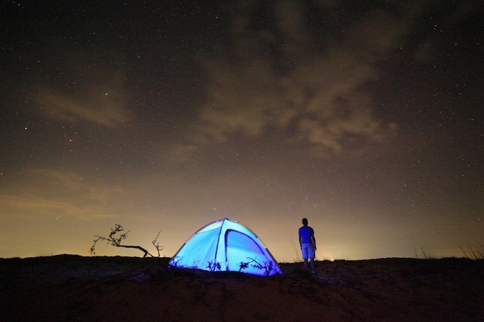 Cảm giác được kích thích khi ngủ giữa sa mạc. Ban đêm gió mát rượi, thoải mái hít thở khí trời.
