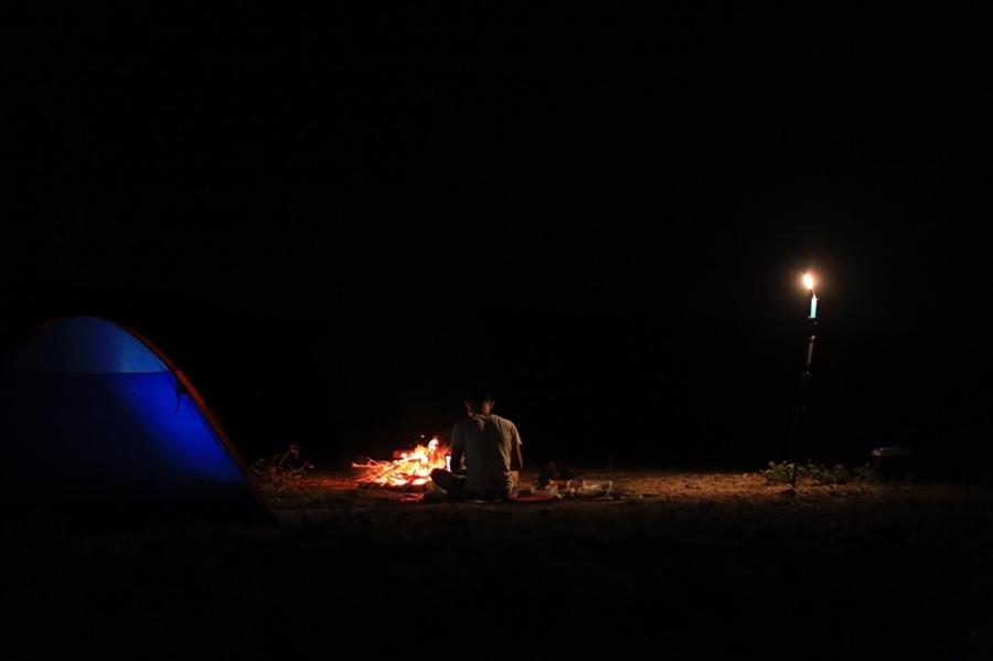 Làm việc giữa sa mạc, bên lửa trại cũng khá thú vị.