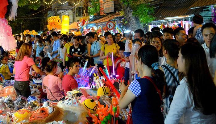 Như mọi năm, phố Hàng Mã là nơi tập trung đông khách nhất vào mỗi dịp Trung thu. Hàng nghìn người đổ về đây mỗi tối để mua sắm và khảo giá các mặt hàng đồ chơi cho con trẻ.