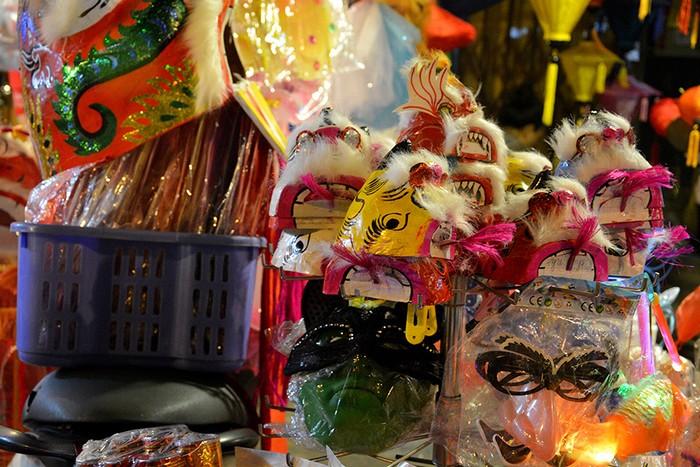 Những năm gần đây, các loại đồ chơi Trung thu xưa như đầu lân sư tử, đèn ông sao, mặt nạ giấy bồi... đã có chỗ đứng riêng, khi các bậc phụ huynh tìm mua cho trẻ như một cách gìn giữ nét văn hóa truyền thống.