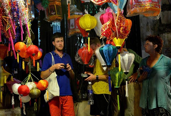 Phố Hàng Mã cũng thu hút nhiều khách nước ngoài đến chụp ảnh và tận hưởng không khí náo nhiệt. Tuy nhiên, không ít người phải tìm lối ra dù chưa đi hết con phố do dòng người đổ về mỗi lúc một đông.