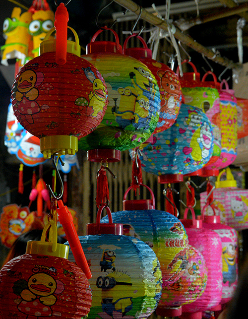 Phố đèn lồng ở Hà Nội không chỉ gói gọn ở Hàng Mã mà còn mở rộng ra con phố xung quanh như Hàng Cót. Dịp này phố Hàng Mã cũng chặn xe vào để tránh thêm ùn tắc.