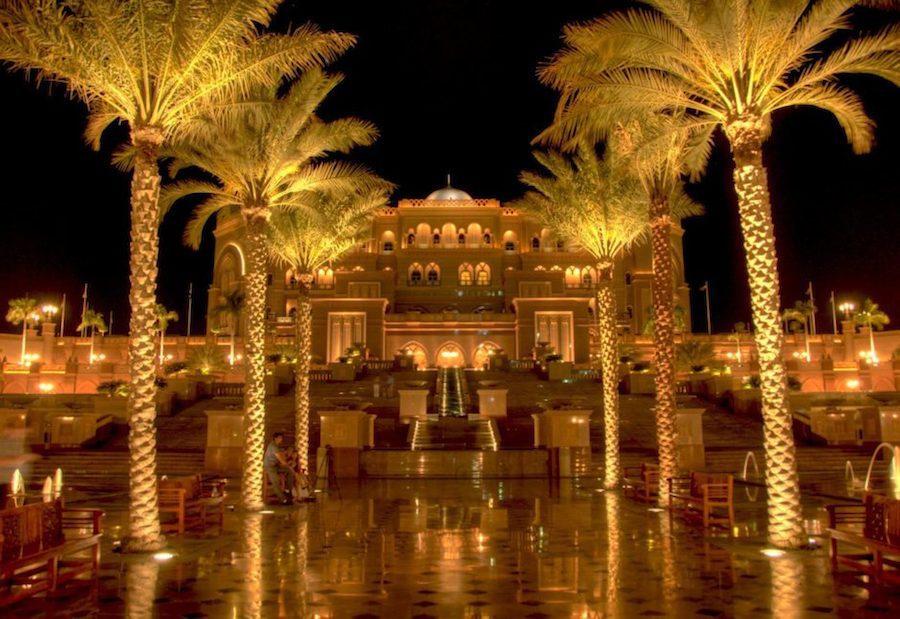 Khu nghỉ dưỡng 5 sao Emirates Palace nổi tiếng với mức độ xa hoa và sang trọng, là khách sạn có giá trị lớn thứ 2 thế giới, vào khoảng 3 tỷ USD