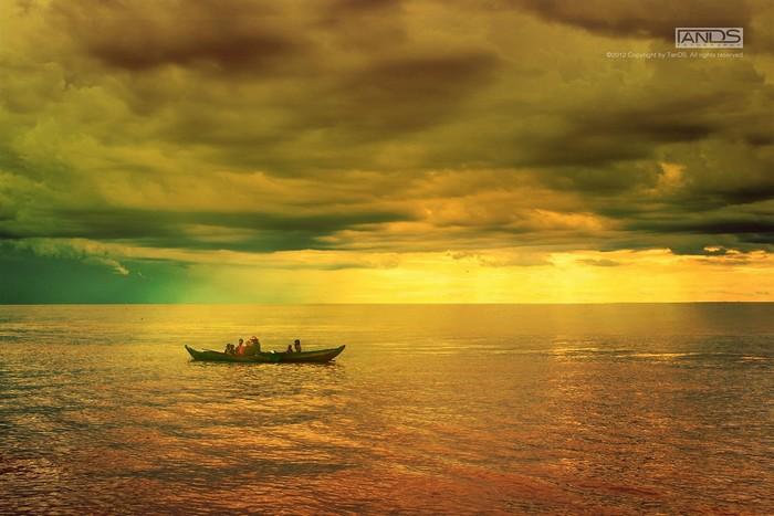 Biển hồ lấp lánh như được rắc kim sa
