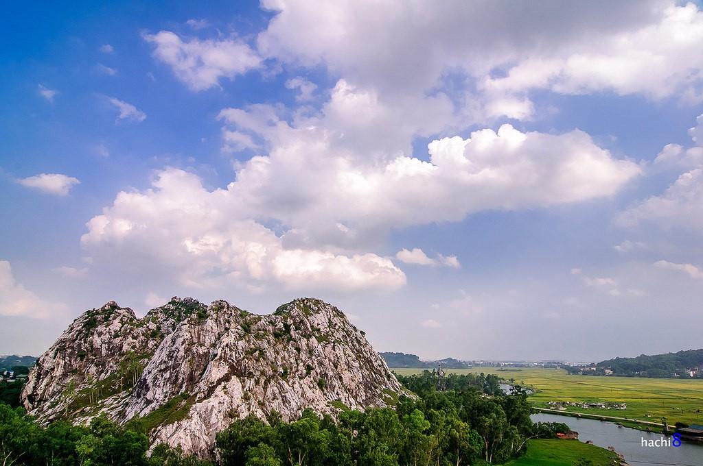Khối núi đá vôi sừng sững giữa vùng ngoại ô huyện Chương Mỹ