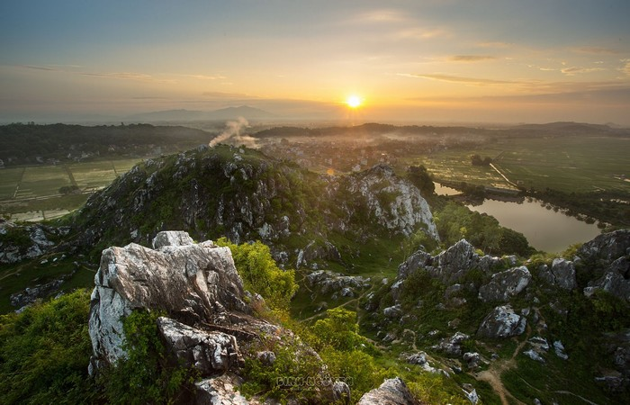 Núi Trầm đẹp huyền ảo trong một chiều hoàng hôn