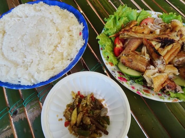 Nơi đây có nhiều đặc sản như: cá suối nướng, gà nướng ăn cùng cơm lam và muối ớt được làm thật cay.