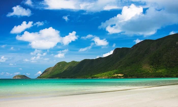 Biển trong xanh yên bình, cát trắng mịn màng dọc bờ biển
