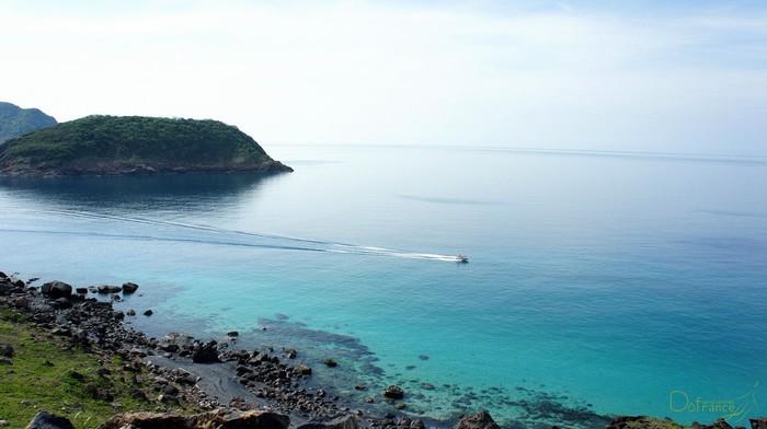 Nước biển xanh biếc trong nắng vàng
