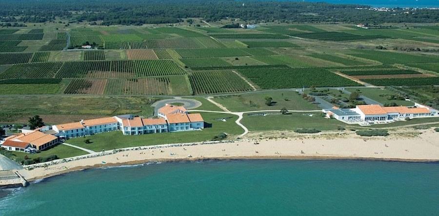 Thay vì nghỉ ngơi trên đất liền, Tây Ban Nha chọn khách sạn Atalante Relais Thalasso & Spa trên đảo Ile de Re, Saint Martin De Re làm điểm dừng chân, với phong cảnh đẹp như tranh ngay sát bờ biển phía tây nước Pháp.