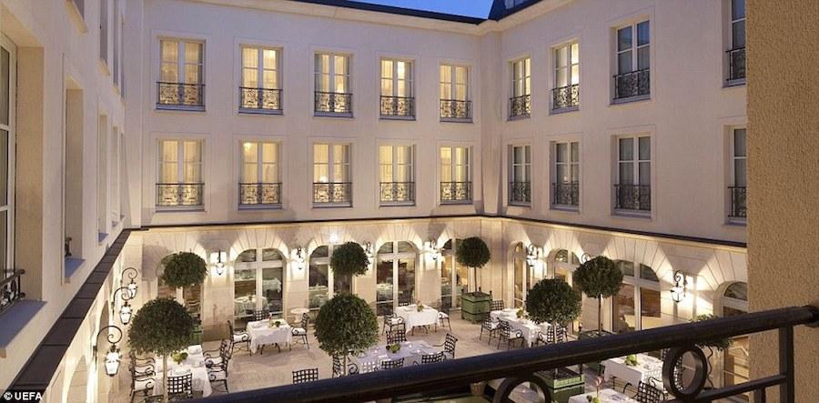 Anh có thể coi là đội bóng giàu nhất Euro khi nghỉ tại khách sạn Auberge du Jeu Paume ở Chantilly có giá 500 bảng/ đêm.