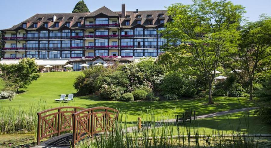 Liên đoàn bóng đá Đức (DFB) quyết định lựa chọn khách sạn Ermitage là nơi dừng chân của đội tuyển với lý do nơi này gần địa điểm tổ chức vòng loại, phía nam Evian-les-Bains và bên bờ hồ Geneva.