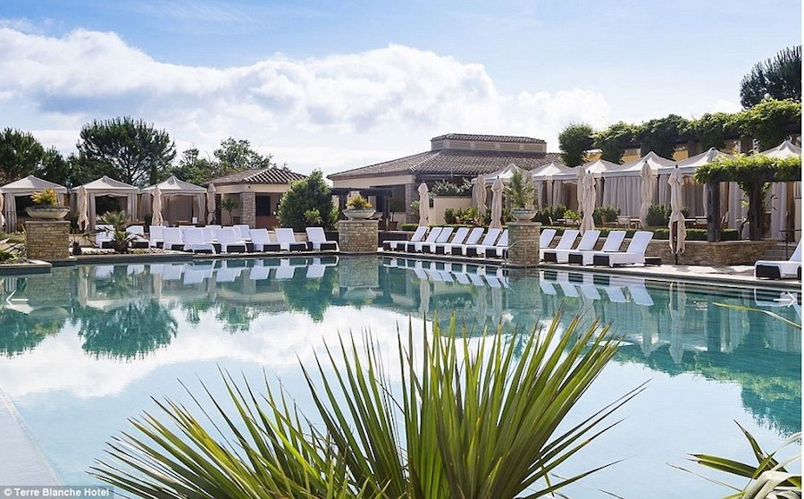 Tuyển quốc gia Hungary quyết định chọn Terre Blanche Hotel Spa Golf ở vùng ngoại ô Tourrettes làm điểm dừng chân.