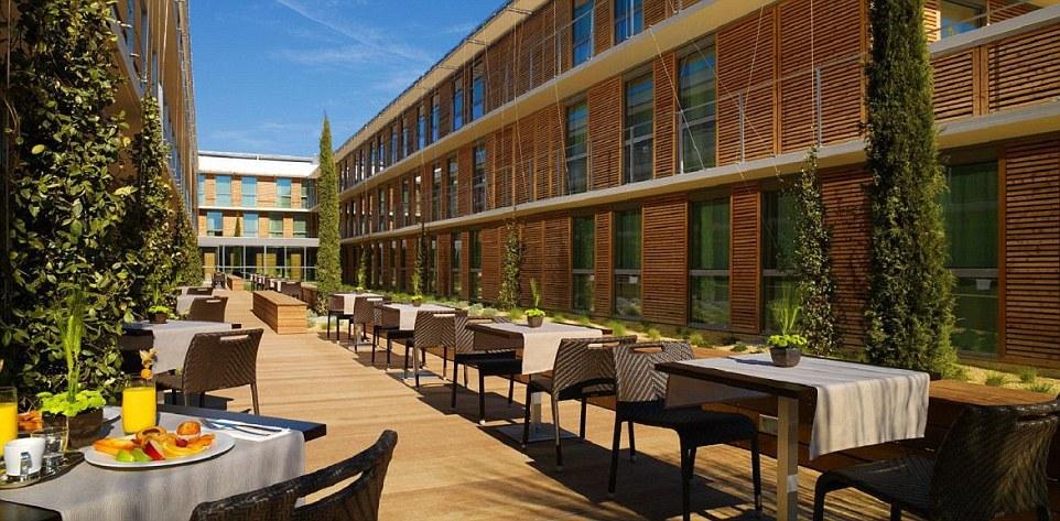 Thay vì chọn một vùng ngoại ô yên tĩnh, đội tuyển Italy lựa chọn khách sạn 4 sao Courtyard by Mariott Montpellier, do kiến trúc sư nổi tiếng Jean Nouvel thiết kế. Khách sạn có thể dễ dàng tiếp cận bằng xe điện và chỉ cách trung tâm Grammont 10 phút.