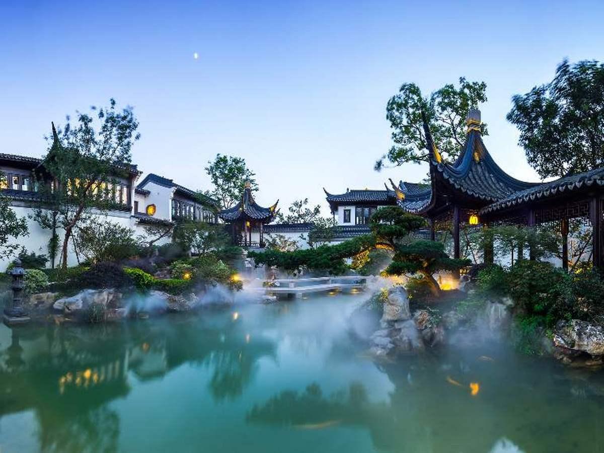 Đào Hoa Nguyên nằm ven hồ Độc Thự, thành phố Tô Châu, tỉnh Giang Tô. Biệt thự này được công ty khai thác bất động sản Sunac bỏ vốn xây dựng trong ba năm.