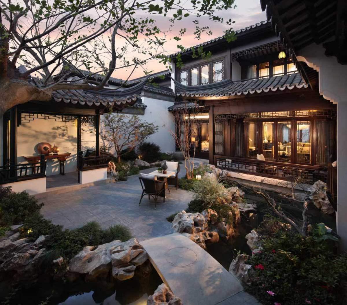 Một góc sân trong Đào Hoa Nguyên.Căn biệt thự nhà vườn này có 32 phòng ngủ hướng ra phía nam cùng 32 phòng tắm và khoảng sân rộng 2.000 mét vuông.