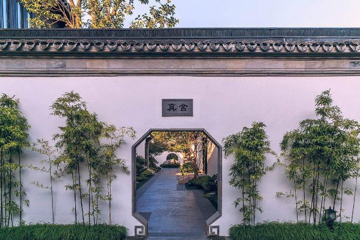 Lối đi trong biệt thự đầy cây xanh.Khu vườn của Đào Hoa Nguyên được thực hiện bởi đội ngũ thợ thủ công truyền thống đến từ Hương Sơn, Tô Châu.
