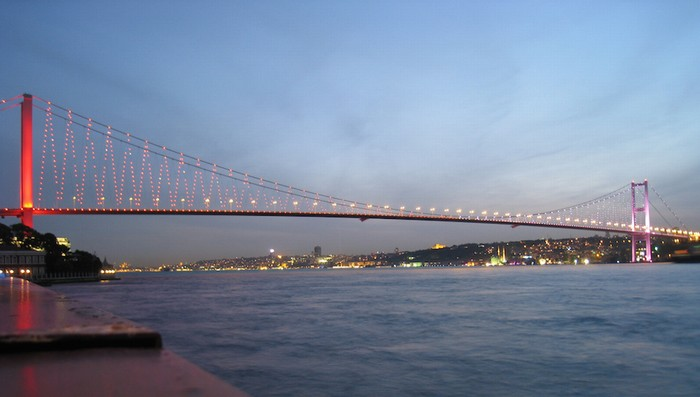 Cầu Bosphorus là nơiquân đội Thổ Nhĩ Kỳ lựa chọn bắt đầu cuộc đảo chính khi cho binh sĩ, xe tăng phong tỏa vào tối qua. Đây là cây cầu treo nổi tiếng ở Istanbul, Thổ Nhĩ Kỳ, nối liền lục địa Á - Âu. Cầu dài 1.510 m, rộng 39 m với chiều cao thông thuyền là 64 m và phục vụ 6 làn xe một lúc.