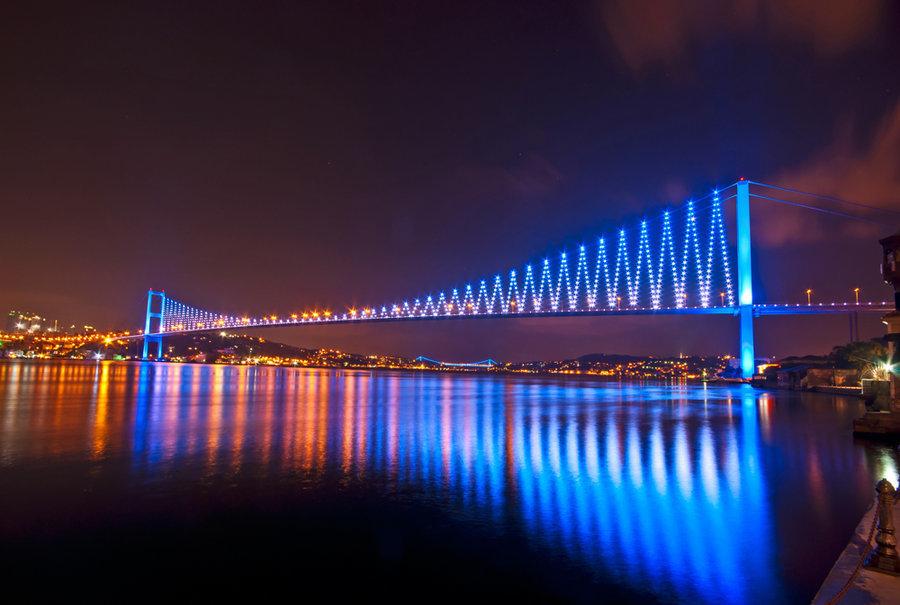 Cầu Bosphorus có lịch sử dài và đầy những thăng trầm. Ý tưởng đầu tiên xuất hiện từ những năm 500 TCN, khi Hoàng đế Ba Tư Darius mong muốn có một cây cầu phao để chạy trốn kẻ thù trong thời điểm nguy cấp.
