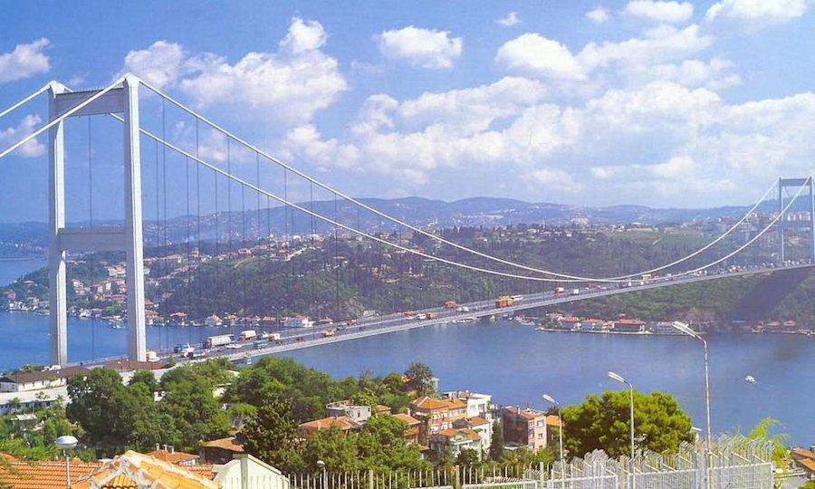 Bosphorus là một trong những đường thủy tấp nập nhất thế giới với khoảng 48.000 tàu đi qua eo biển này hàng năm, nhiều hơn 3 lần so với kênh đào Suez và 4 lần kênh đào Panama.
