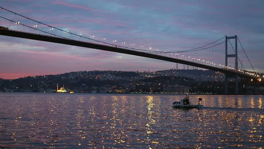 Eo biển Bosphorus có vị trí rất quan trọng về kinh tế và quân sự. Từ năm 1936, Bosphorus trở thành eo biển quốc tế.