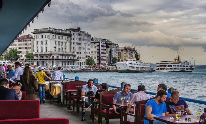 Du ngoạn trên eo biển Bosphorus hoặc thưởng thức bữa tối lãng mạn ngắm cầu và tàu thuyền qua lại là những trải nghiệm không thể bỏ qua khi đến Istanbul