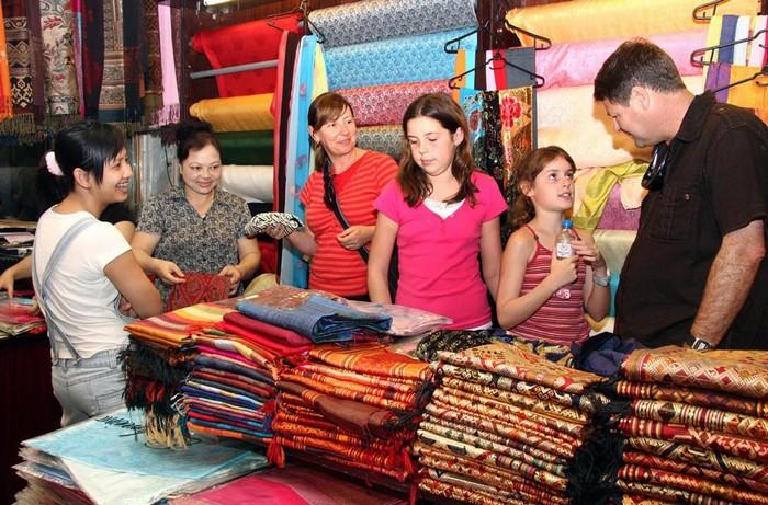 Nhiều du khách nước ngoài tham quan và mua sắm ở Vạn Phúc