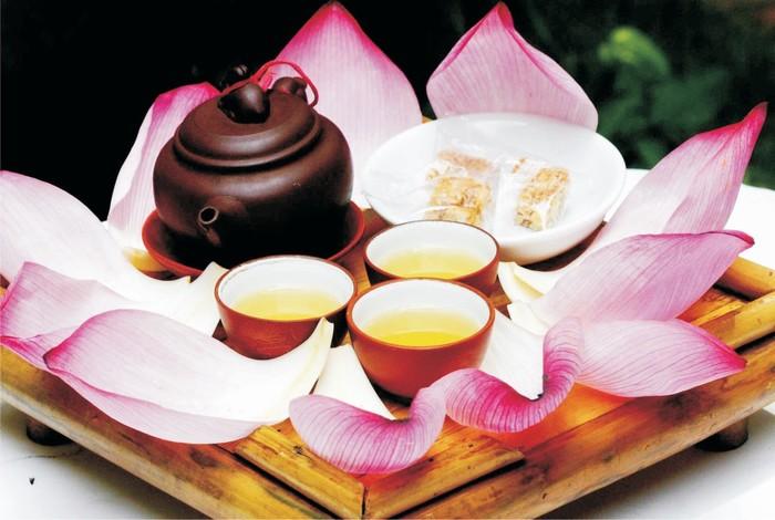 Hương sen thoang thoảng trong tách trà