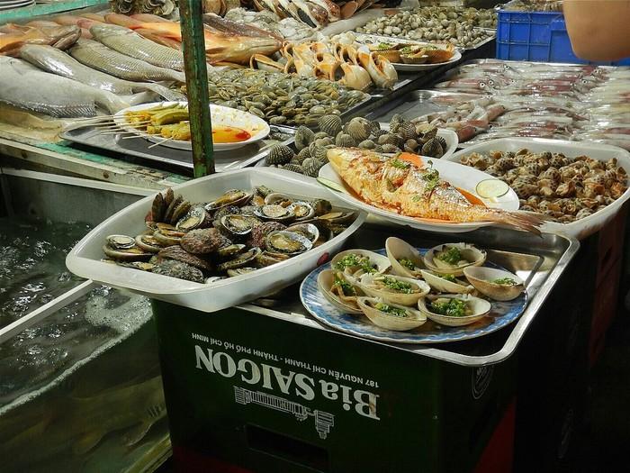 Bào ngư được bày bán chung với các loại hải sản khác
