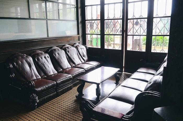 Bên trong không gian chính, những đồ dùng như bàn ghế, quầy mua vé, ... vẫn còn được giữ nguyên thiết kế ngày trước. Những món đồ trải qua mấy mươi năm mang lại cho du khách bức tranh thực tế của nhà ga ở quá khứ.