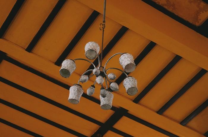 Kể cả chiếc bóng đèn vẫn còn được lưu giữ khiến không gian thêm phần cổ điển. Ngoài ra, những bức tranh được treo bên trong một phần cũng để lại trong lòng du khách nhiều ấn tượng về quá khứ của nhà ga.