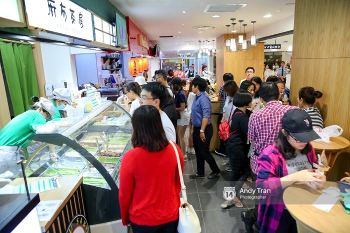 Món kem Matcha Nhật Bản này luôn trong tình trạng đông đúc và khách phải xếp thành nhiều hàng dài mới có thể mua được.