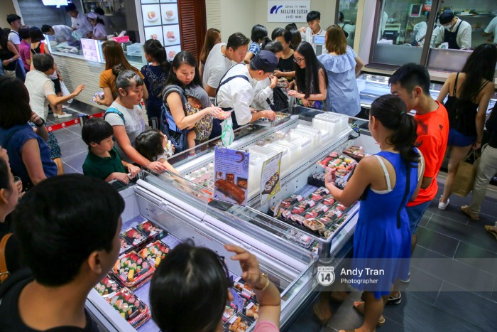 Khu sushi tự chọn duy nhất tại trung tâm thương mại này lúc nào cũng đông nghẹt khách.