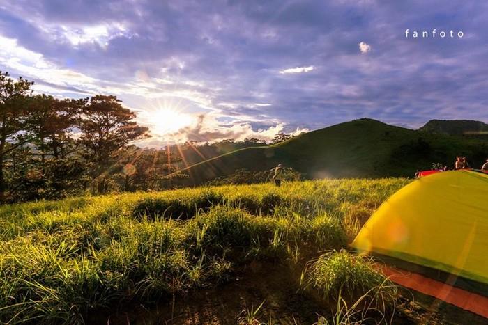 Khi cắm trại trên đồi cao, quang cảnh bao la mây trời, bạn có thể chiêm ngưỡng khoảnh khắc mặt trời xuống núi từ cửa lều, những tia nắng vàng vọt cuối ngày buông mình trên khắp đồi cỏ xanh.