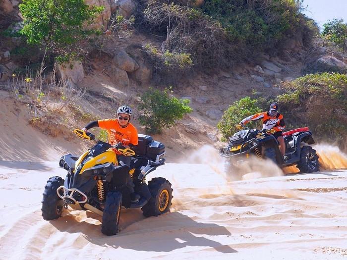 Cùng đua mô tô trên cát