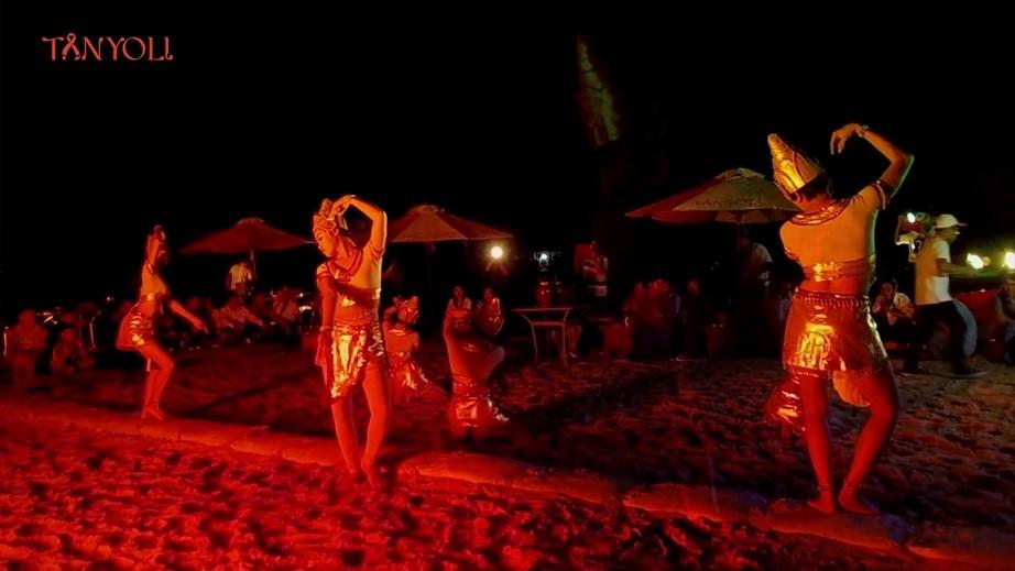 Để hòa mình vào những vũ điệu đầy sôi động trong ánh lửa trại bập bùng