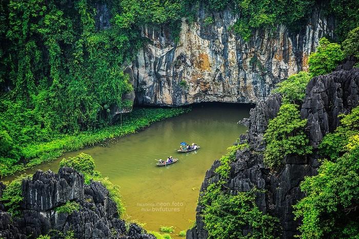 Du khách thích thú ngồi thuyền khám phá các hang động ngập nước ở Tam Cốc