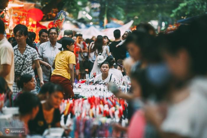 Từ chiều nay, phố Hàng Mã đã chật như nêm vì lượng người đổ về quá đông.