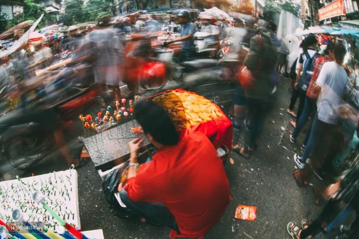 Những quầy bán đồ chơi truyền thống len lỏi giữa đường phố tấp nập.