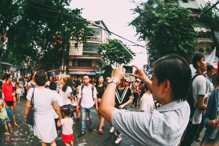 Những bạn trẻ háo hức ghi lại khoảnh khắc đông vui ở phố cổ.