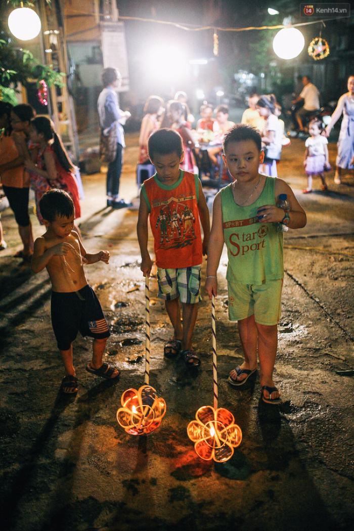 Đám trẻ nhỏ thích thú với trò rước đèn.