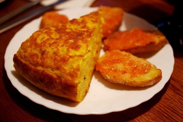 Omlette kiểu Tây Ban Nha được gọi là TortillaEspañola, dùng khoai tây và trứng là nguyên liệu chính. Món này thường ăn kèm với những lát bánh mì nướng giòn đã phết sốt cà chua thơm ngon.