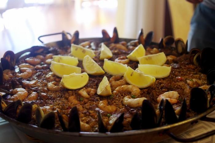 Cơm chiên Paella là một món ăn nổi tiếng và có mặt khắp nơi ở Tây Ban Nha. Paella có ba loại là Valencia, hải sản và thập cẩm. Cơm được nấu trong một chiếc chảo lớn, gồm cơm, các loại hải sản và rau, tùy cách phối hợp của từng vùng nhưng nhất thiết có gạo bomba, nhụy hoa nghệ tây, ớt bột, dầu olive