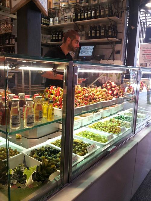 Ngoài thịt lợn muối, cà chua thì Tây Ban Nha còn nổi tiếng với nguồn olive tươi ngon. Olive là món có thể thấy ở hầu hết nhà hàng ở Tây Ban Nha. Cách chế biến olive cũng rất đa dạng như nhúng dầu, nhồi với ớt hoặc bơ, hay rắc thêm lá hương thảo...