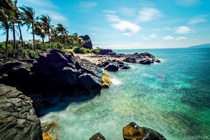 Nhắc đến Lý Sơn, người ta nghĩ về làn nước xanh trong bên những bờ đá ma mị
