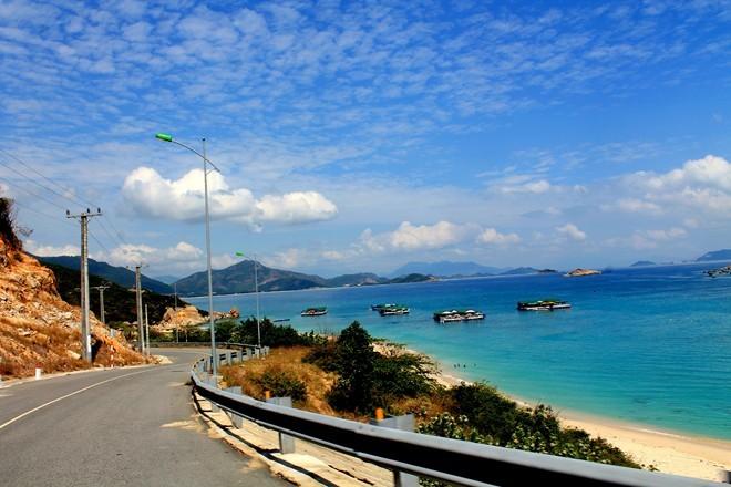Con đường mới bên vịnh Vĩnh Hy