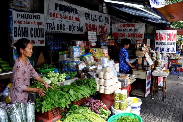 Có mặt tại Sài Gòn hơn 20 năm, các cửa hàng ở cuối đường Chu Mạnh Trinh (quận 1), hay Trần Quốc Toản, Võ Thị Sáu, Nguyễn Thông (quận 3) gần như cung cấp toàn bộ các loại đặc sản miền Bắc.