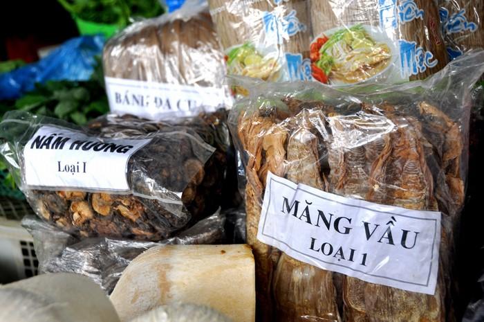 Các loại thực phẩm khô như măng vầu, nấm hương Bắc, miến dong Bắc Kạn và hàng trăm mặt hàng khác được vận chuyển vào TP HCM bằng tàu hỏa.